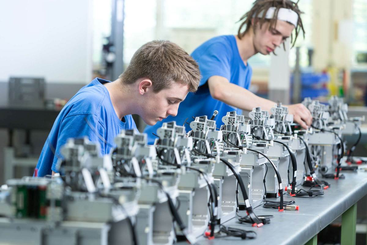 Baugruppenmontage bei der Firma PSA-Parts & Systems AG